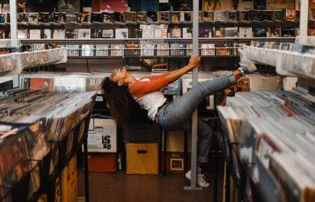 לראשונה בתעשיית המוסיקה מאז 2011 – מכירות פיזיות עוקפות הורדות דיגיטליות